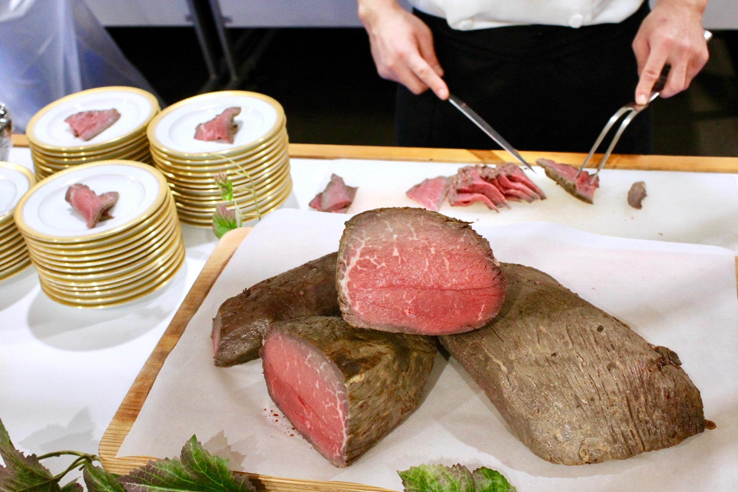 宮崎県産和牛ローストビーフ、玉ねぎソース添え 〜シェフによるカッティングサービスの可能〜