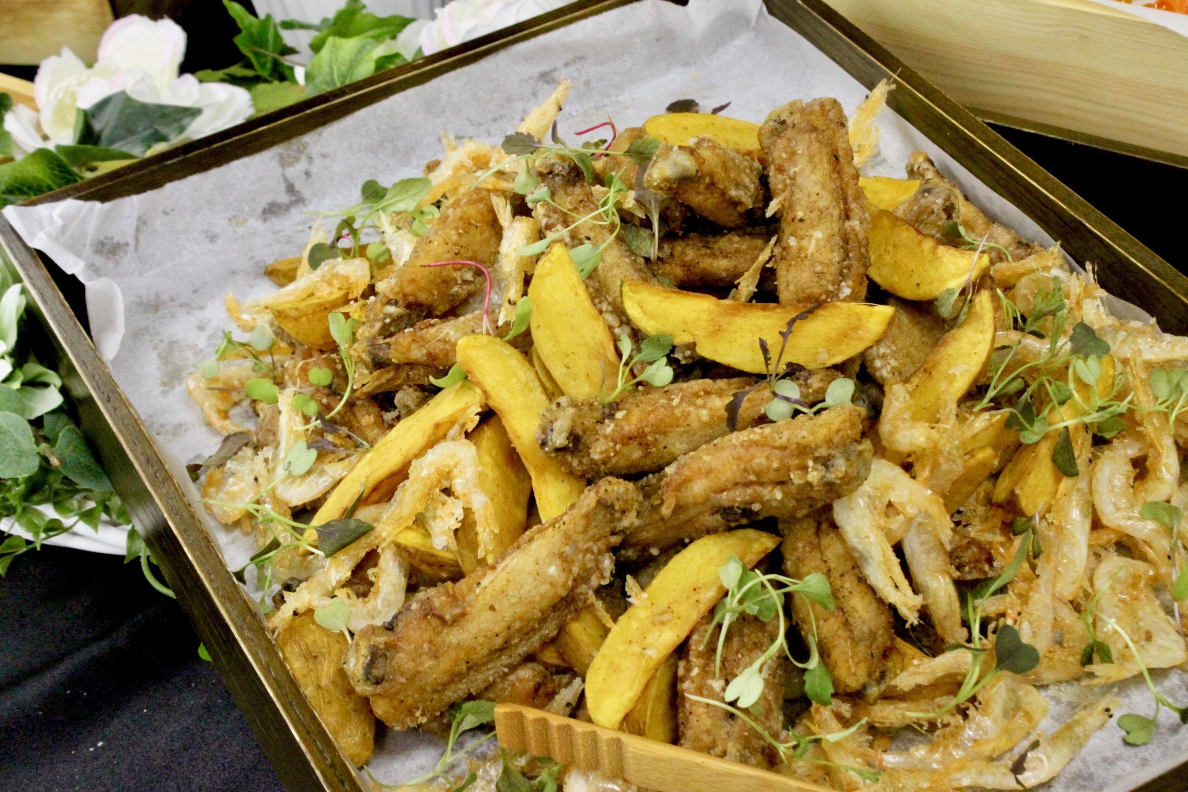 やみつき!徳島県産阿波尾地鶏 手羽中の唐揚げ、インカのめざめのフライドポテト